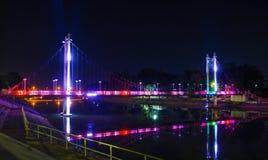 在Mae砰河的一座五颜六色的走的桥梁在Lampang区,泰国 免版税库存照片