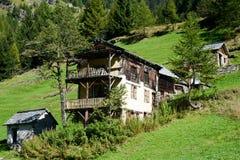 在Maggia谷的老瑞士山中的牧人小屋 库存照片