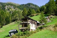 在Maggia谷的老瑞士山中的牧人小屋 免版税库存照片