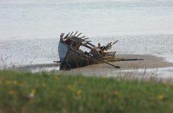 在Magherclogher靠岸的老被击毁的小船船 免版税库存图片