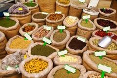 在Mahane耶胡达市场上的各种各样的色的香料在耶路撒冷 免版税库存图片
