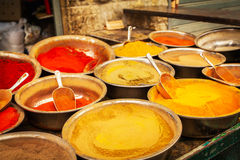 在Mahane耶胡达市场上的各种各样的色的香料在耶路撒冷 图库摄影