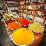 在Mahane耶胡达市场上的各种各样的色的香料在耶路撒冷 库存照片