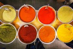 在Mahane耶胡达市场上的各种各样的色的香料在耶路撒冷 库存图片