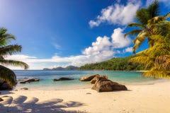 在Mahe海岛,塞舌尔群岛上的热带Anse Takamaka海滩 库存图片