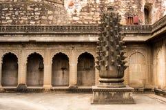在maheshwar的有曲拱和一根被雕刻的柱子的堡垒,印度 免版税库存图片