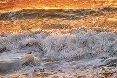在Mai Khao海滩的日落在普吉岛 库存图片