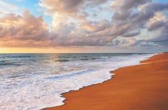 在Mai Khao海滩的日落在普吉岛 免版税图库摄影