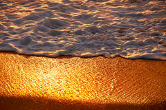 在Mai Khao海滩的日落在普吉岛 免版税库存照片