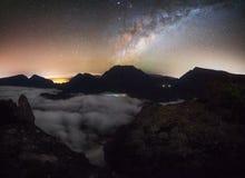 在Maido的Milkyway在云彩在圣保罗,雷乌尼翁冰岛海  图库摄影