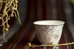 在majlis帐篷的阿拉伯茶杯 免版税库存照片