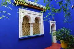 在majorrelle庭院的蓝色墙壁 库存照片