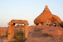在Malayavanta Raghunatha寺庙的人等待的日落 库存图片