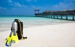 在Maldivian海滩的佩戴水肺的潜水齿轮 免版税库存照片