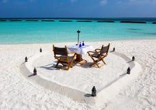 在Maldivian海滩设定的浪漫午餐 免版税库存照片