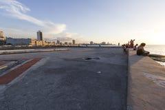 在Malecà ³ n的日落在哈瓦那,古巴 库存照片