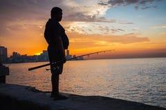 在Malecon供以人员渔,在哈瓦那,古巴 免版税图库摄影