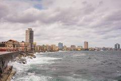 在Malecon防波堤的波浪在哈瓦那,古巴 图库摄影