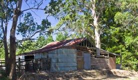 在Maleny,昆士兰,澳大利亚附近的老被毁坏的槽枥 免版税库存图片