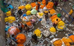 在Mallick ghat的地方花市场在豪拉桥梁附近繁忙与买家和卖主在一个冬天早晨 免版税库存照片