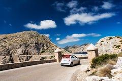 在Mallorca弯曲道路的小的欧洲汽车  免版税库存照片