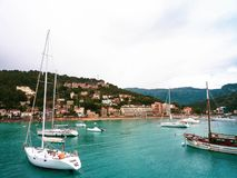 在Mallorka绿松石海的白色游艇 免版税库存照片