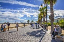 在Malvarrosa海滩岸的海滨人行道散步  免版税库存照片