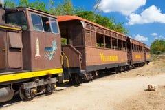在Manaca Iznaga驻地的旅游火车,古巴 库存图片