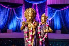 在mandap前面的印度神在印第安婚礼 免版税库存图片