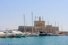 在Mandraki罗得岛海岛口岸的航行游艇  希腊 图库摄影