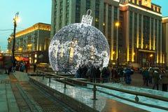 在Manezh广场的巨大的圣诞节装饰 莫斯科 免版税库存照片