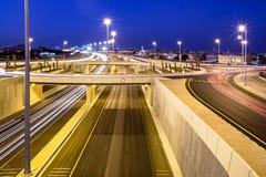 在Mangaf,科威特的高速公路30在晚上 库存图片