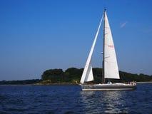 在Manhasset海湾华盛顿港李的风船 免版税库存图片