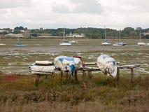 在manningtree出海口边缘的被停泊的颠倒的小船scen 免版税库存图片