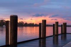 在Mannum河岸,河与j的默里南澳大利亚的日出 免版税库存图片