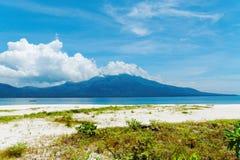 在Mantigue海岛,菲律宾上的海滩 免版税图库摄影