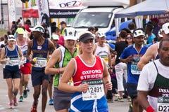 在Marathon同志的公和母赛跑者 免版税库存照片