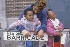 在Mardis Gras游行的非裔美国人的家庭,新奥尔良, LA 图库摄影