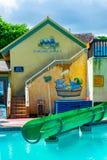 在Margaritaville奥乔里奥斯里面的水池和水滑道部分由在巡航商店口岸附近的海滩在圣安,牙买加 图库摄影
