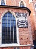 在Mariacki教会或圣Marys教会的太阳拨号盘在克拉科夫波兰 免版税库存图片