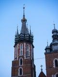在Mariacki教会或圣Marys教会的意想不到的塔在克拉科夫波兰 免版税库存照片