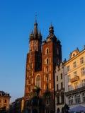 在Mariacki教会或圣Marys教会的落日在克拉科夫波兰 库存图片