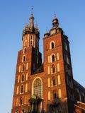 在Mariacki教会或圣Marys教会的落日在克拉科夫波兰 库存照片