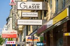 在Mariahilferstrasse街上的著名品牌广告 免版税库存照片