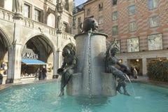 在Marienplatz的喷泉在慕尼黑,德国 库存照片