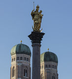 在Marienplatz, mariensaule雕象的装饰  库存照片