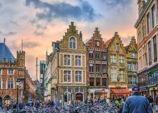 在Markt的走沿Steenstraat的自行车和人们 往Hallestraat的看法 比利时布鲁日 免版税库存图片