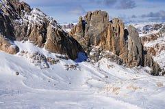 在Marmolada下的滑雪坡道在意大利 免版税库存照片