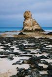 在Marsa马特鲁,埃及,夜附近的帕特拉的海滩著名岩石 库存图片