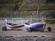 在Marske海滩的两条被绘的小船 库存照片